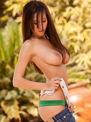 takes off her white top